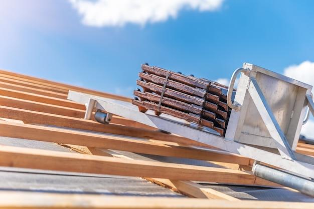 Dachziegel auf einem aufzug für den transport zum dach während der verlegung. Premium Fotos