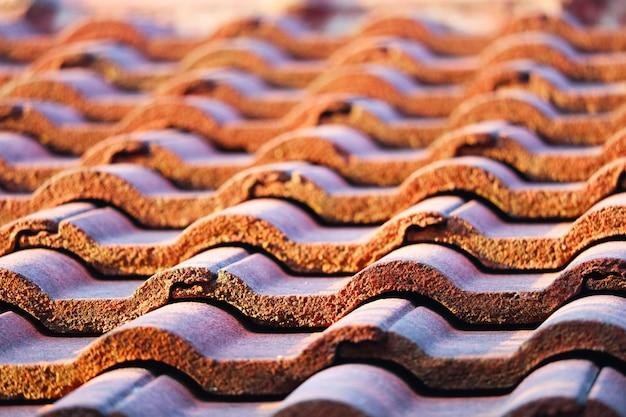 Dachziegel sind so ausgerichtet, dass sie ausgerichtet und wasserdicht gestapelt werden können. Premium Fotos