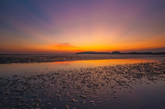 Dämmerungslicht von nopparat thara beach Premium Fotos