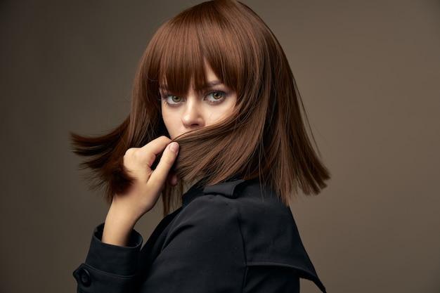 Dame in schwarzer jacke dreht sich um Premium Fotos