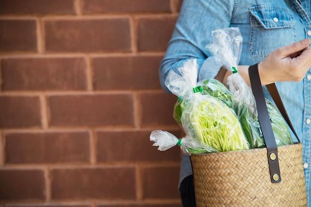 Dame kauft frischgemüse im supermarktspeicher Kostenlose Fotos