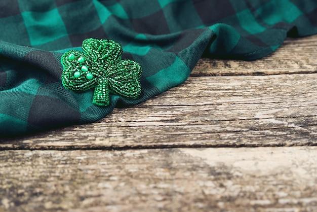 Damenaccessoires, kopierraum. weibliche brosche mit perlen. handwerklich gefertigter schmuck. Premium Fotos