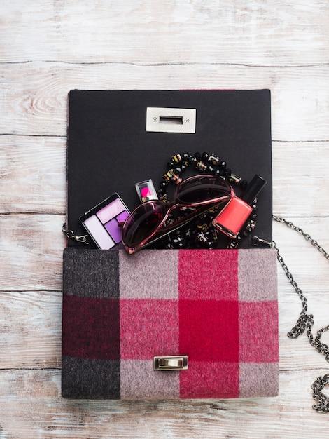 Damenhandtasche mit schminkaccessoires Premium Fotos