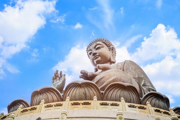 Das abgelegene po-lin-kloster, versteckt zwischen üppigen bergen Premium Fotos