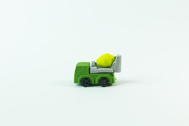 Das bauspielzeugauto auf weißem hintergrund. Premium Fotos