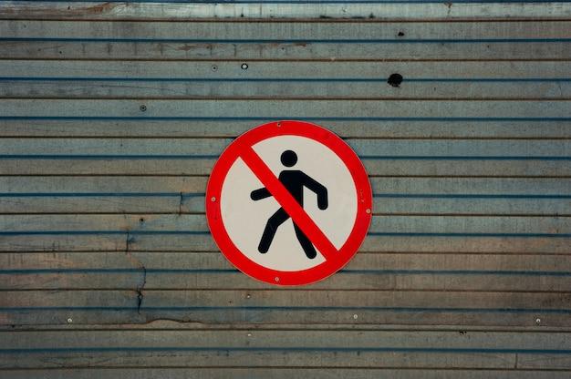 Das bild des zeichens, das den übergang zu fußgängern verbietet. Premium Fotos