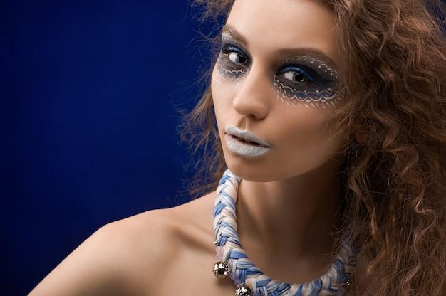 Das bild eines schönen mädchens mit dem original-make-up Kostenlose Fotos