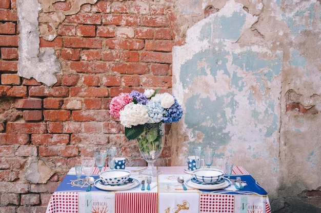 Das dekor und das gedeck für eine mahlzeit oder einen urlaub. geschirr Premium Fotos