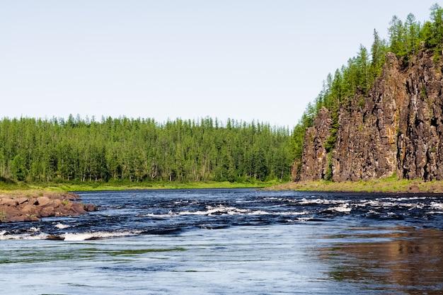 Das felsige ufer eines großen flusses. großer fluss von ostsibirien. region krasnojarsk. Premium Fotos