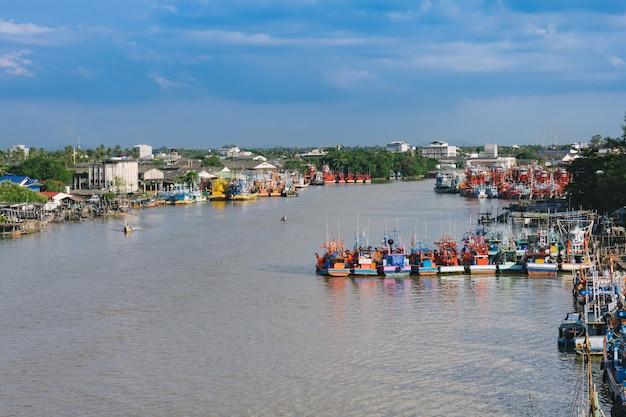 Das fischerboot an einem liegeplatz in pattani, thailand. Premium Fotos