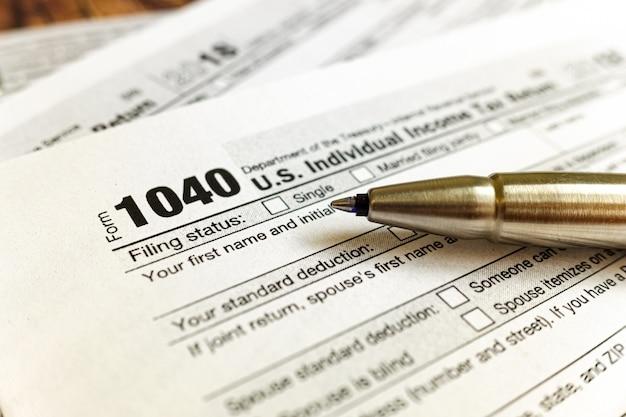 Das formular 1040 muss im april ausgefüllt werden, um die individuellen steuern zu zahlen. Premium Fotos