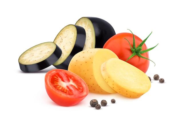 Das gemüse, das auf weißem hintergrund lokalisiert wurde, schnitt tomate, aubergine und kartoffel mit gewürzen Premium Fotos