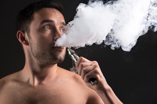 Das gesicht des dampfenden jungen mannes Kostenlose Fotos