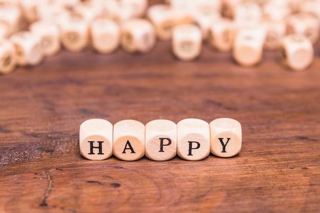 Das glückliche wort, das auf würfel geschrieben wird, formen holzklötze Kostenlose Fotos
