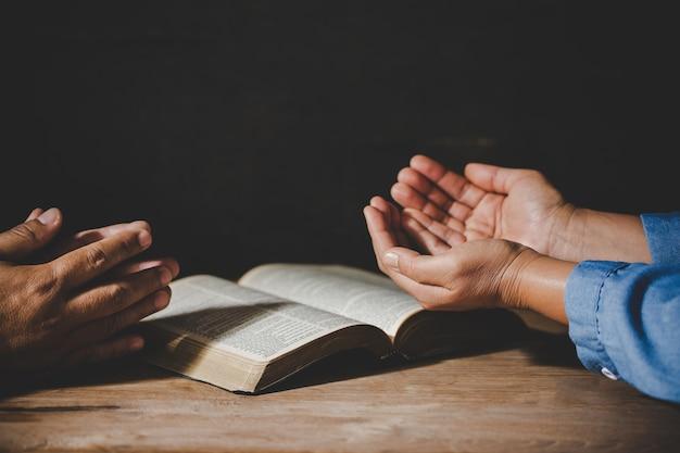 Das händchenhalten der gruppe von personen, das anbetung betet, glauben Kostenlose Fotos