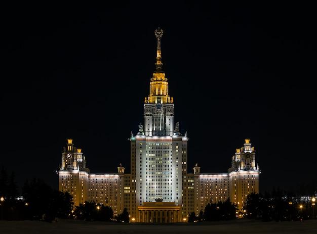 Das hauptgebäude der moskauer staatsuniversität auf den vorobyovy hills im winter mit nachtbeleuchtung Premium Fotos