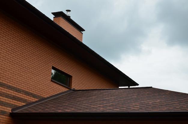 Das haus ist mit einer hochwertigen schindeldachüberdachung ausgestattet Premium Fotos
