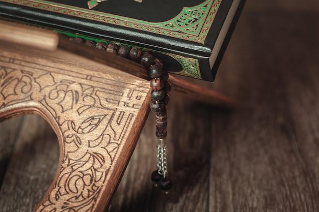 Das heilige buch des korans auf dem stand Premium Fotos