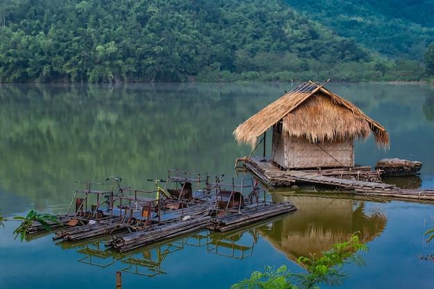 Das hölzerne floss- und wasserfahrrad, das vom bambus im wasser r gemacht wird Premium Fotos
