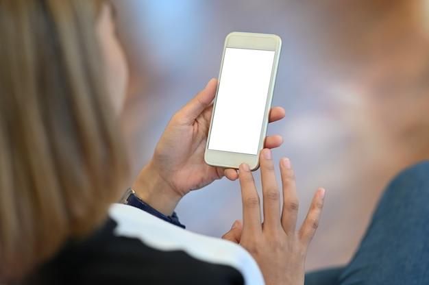 Das hs der frau, das smartphone hält. Premium Fotos