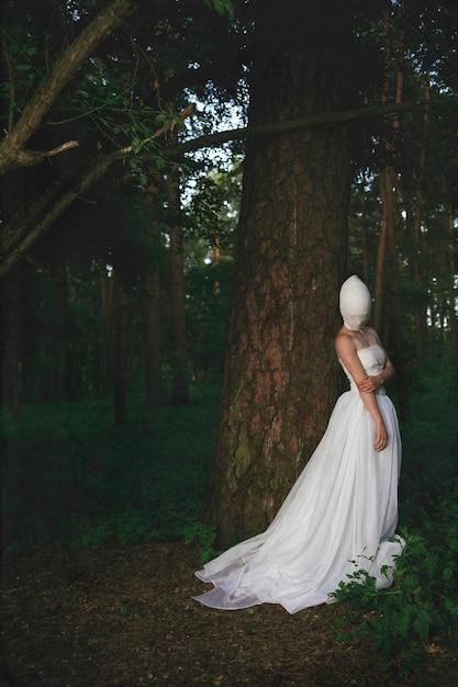 Das junge model posiert mit einem surrealen charakter Premium Fotos