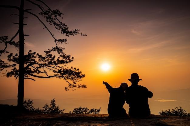 Das junge paar, das auf den hohen berg reist Premium Fotos