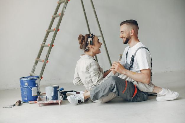Das junge und süße paar repariert den raum Kostenlose Fotos