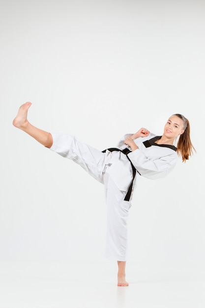 Das karate-mädchen mit dem schwarzen gürtel Kostenlose Fotos
