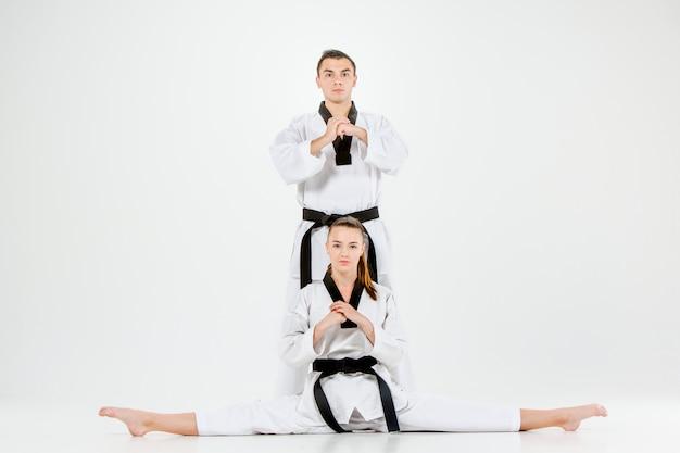 Das karate-mädchen und der karate-junge mit den schwarzen gürteln Kostenlose Fotos