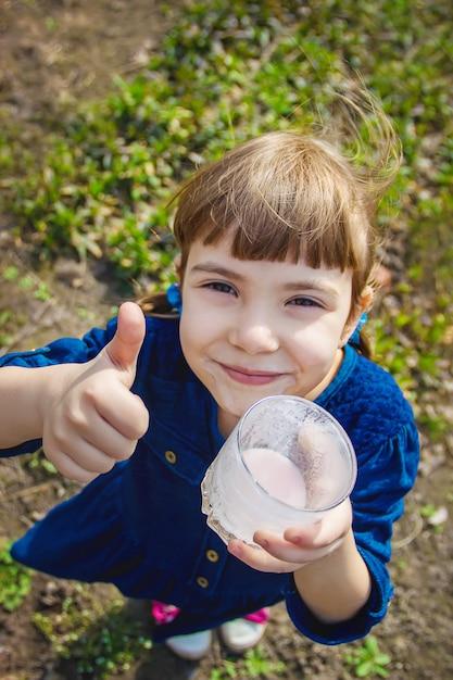 Das kind trinkt milch. selektiver fokus kinder Premium Fotos