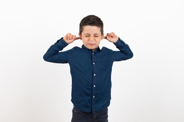 Das kind will nicht hören Premium Fotos