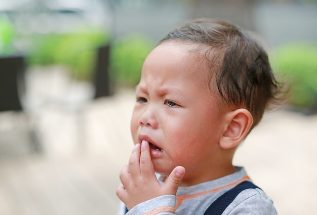 Das kleine asiatische baby des porträts weinte mit tränen in ihrem gesicht. Premium Fotos