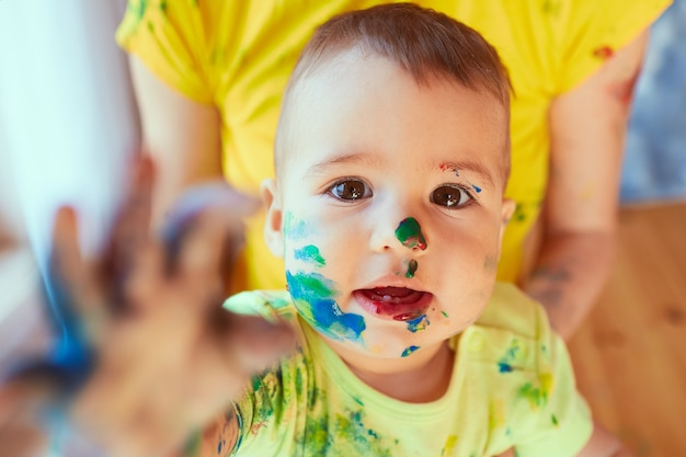 Das kleine baby hat farbe auf seinem gesicht Kostenlose Fotos
