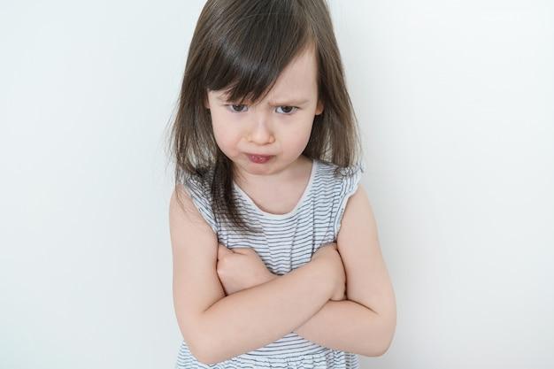 Das kleine mädchen war wütend. das kind war sehr verärgert und beleidigt. schönes baby ist traurig Premium Fotos