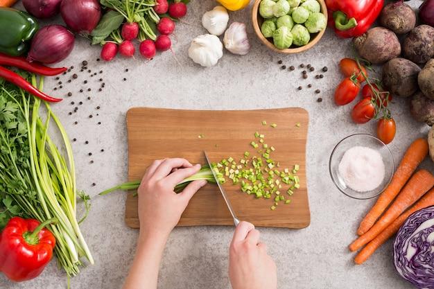 Das kochen der gesunden lebensstilmahlzeit bereiten lebensmittel zu Premium Fotos