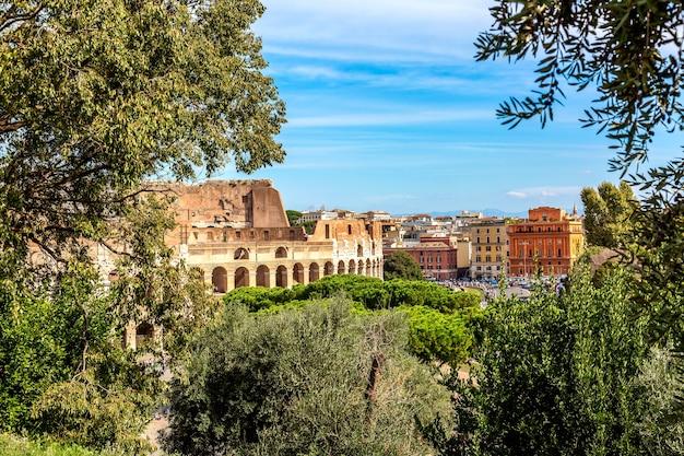 Das kolosseum in rom, italien während des sonnigen sommertages. Premium Fotos