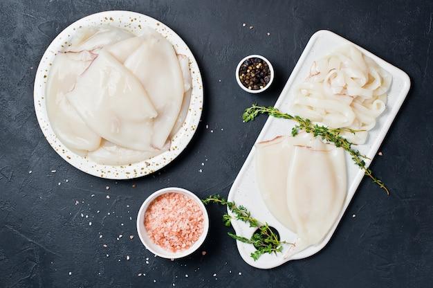 Das konzept des kochens des rohen kalmars Premium Fotos