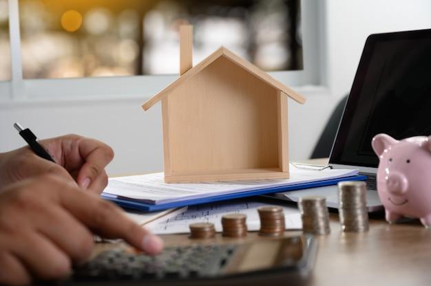 Das konzept des wohneigentums geschäftsleute, die einen vertrag aushandeln hier müssen sie unterschreiben Premium Fotos