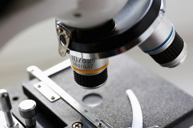 Das kopfmikroskop auf dem hintergrund von Premium Fotos