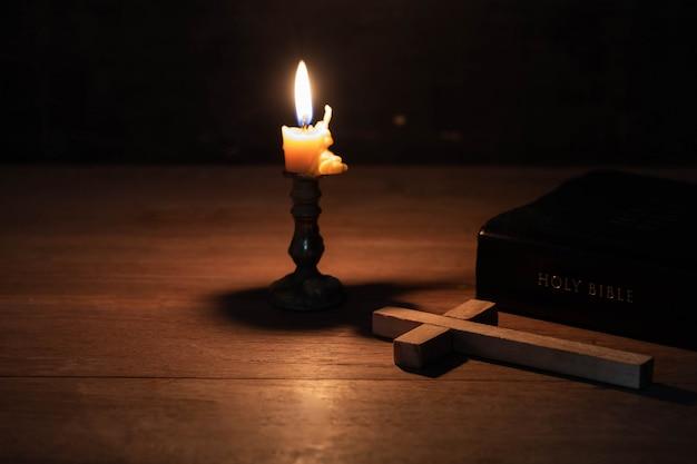Das kreuz wurde zusammen mit der bibel auf den tisch gelegt Kostenlose Fotos