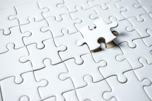 Das letzte puzzleteil ist leer auf dem feld. Premium Fotos