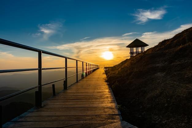 Das licht der abendsonne scheint Premium Fotos
