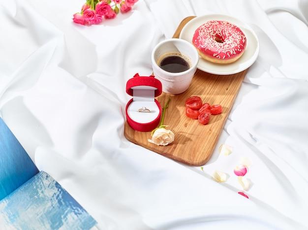 Das liebesbriefkonzept auf dem tisch mit frühstück Kostenlose Fotos