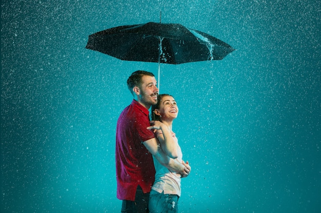 Das liebespaar im regen   Kostenlose Foto