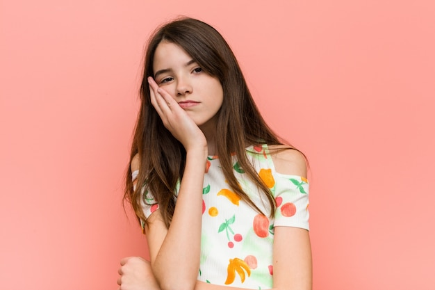 Das mädchen, das einen sommer trägt, kleidet gegen eine rosa wand, die bopink ist, ermüdet und einen entspannungstag benötigt Premium Fotos