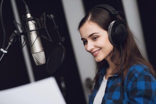 Das mädchen im tonstudio singt ein lied. Premium Fotos