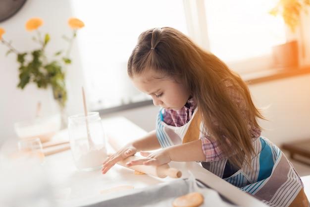 Das mädchen in ihrer küche bereitet hausgemachte kekse zu Premium Fotos