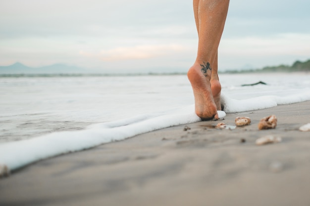 Das mädchen läuft am strand entlang Kostenlose Fotos