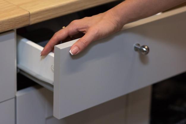 Das mädchen öffnete eine weiße küchenbox Premium Fotos
