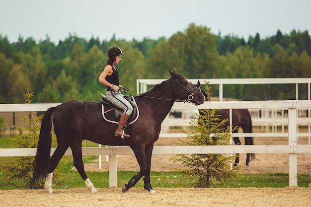 Das mädchen reitet ein pferd Kostenlose Fotos